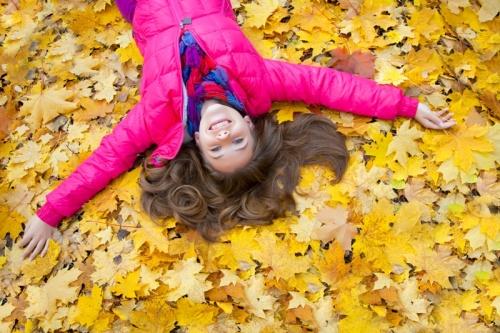 lány őszi levelek