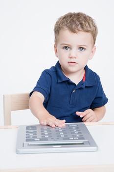 kisgyerek számológéppel számolni tanul