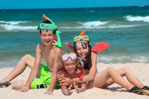 gyerekek vízparton