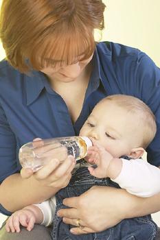 kisbaba-etetése-cumisüvegből