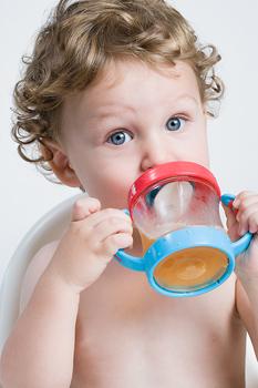 kisgyerek itatópohárból iszik