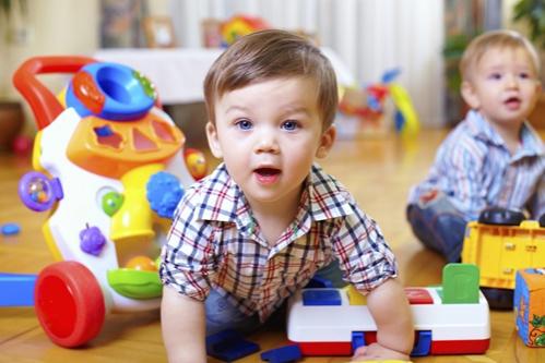 gyerek játszik