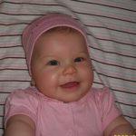 Livike mások szerint is igazi kis hergegnõ, szemei akár egy pár csillogó zafír. Emellett nagyon mosolygós, állandóan jókedvû:)