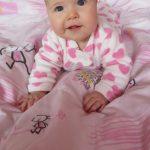 Boglárka vagyok, hat hónapos kislány. Nagyon szeretek nevetni és gõgicsélni. :)