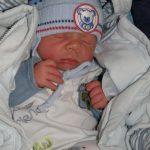 Kisfiunk 2011.01.31-én született és ez a kép a hazajövetelünkkor készült. Botond 2360g-mal született 39 hétre császármetszéssel, ekkor derült ki, hogy a pocakomban akár  több héten át fogyott. A kórházból 2730 g-mal jöttünk haza, amire nagyon büszkék vagyunk az apukával együtt. Igazi kis falánk és nagy alvó.