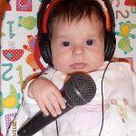 Vikike már a magzatvízben magába szívta a zene szeretetét. Szülés közbe is hallgattuk illetve azóta is élénken figyel rá, és élvezi. Nyugtató és altató kedvenc zenéje is van.