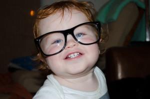 Szemüveges baba